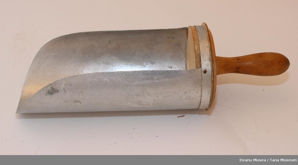 Meløse av metall med håndtak av tre.