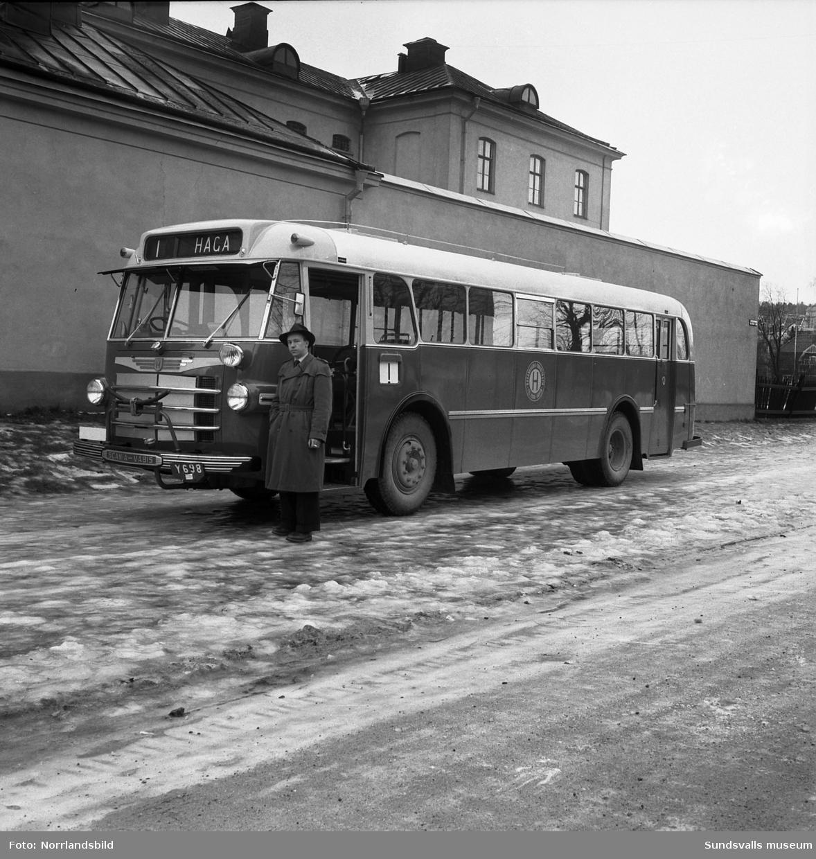 Nya Hagabussen fotograferad utanför kronohäktet på Åkersviksgatan.