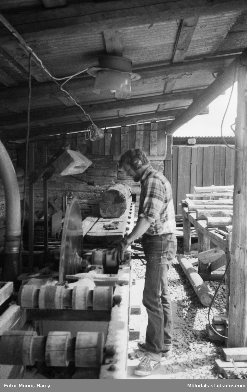 Jörgen Johansson vid Heljereds Biodlarservice i Kållered, år 1983.  För mer information om bilden se under tilläggsinformation.