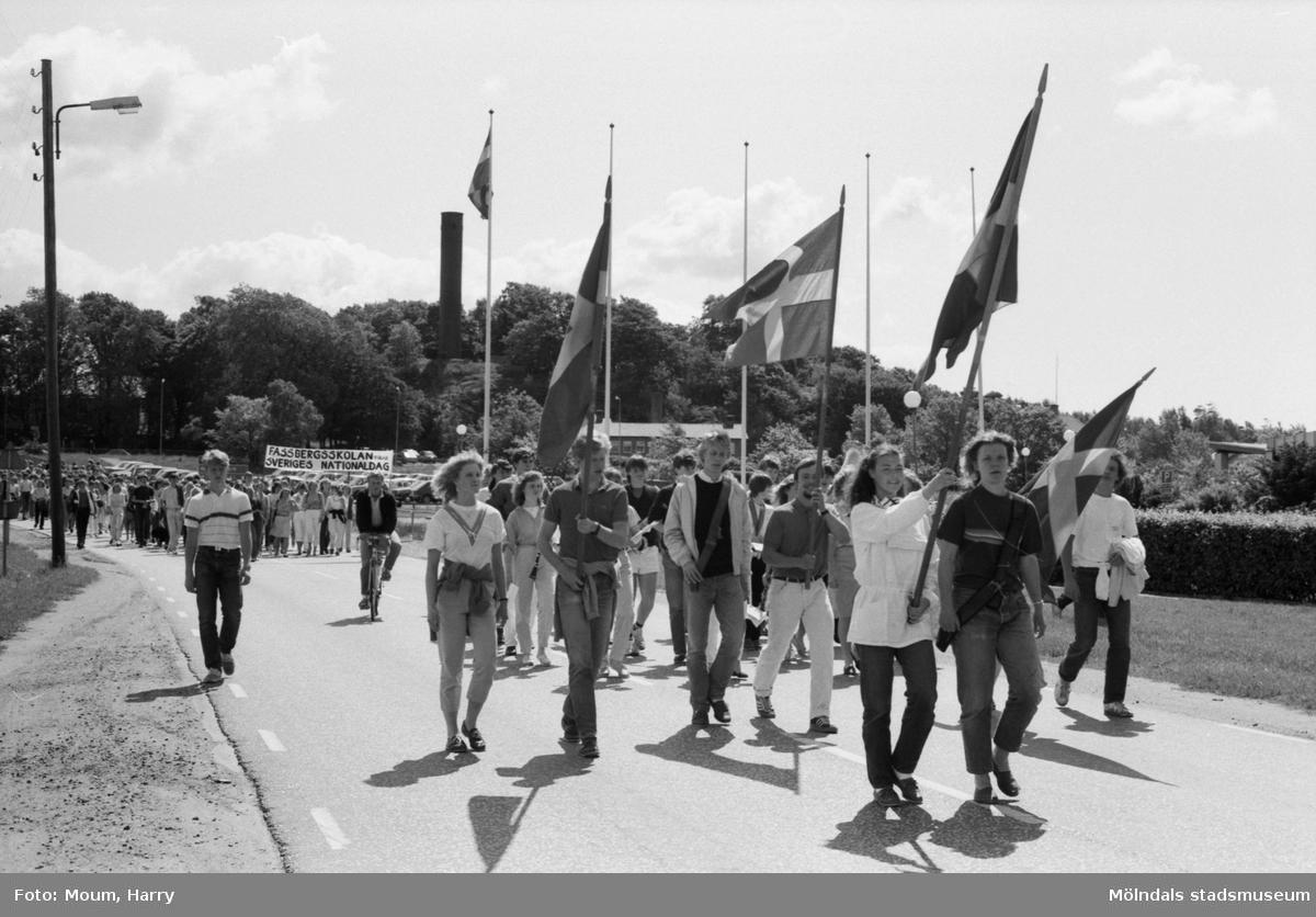 Fässbergsskolans elever firar Sveriges nationaldag i Mölndal, år 1983. Festtåg på Toltorpsgatan.  Fotografi taget av Harry Moum, HUM, Mölndals-Posten, vecka 23, år 1983.
