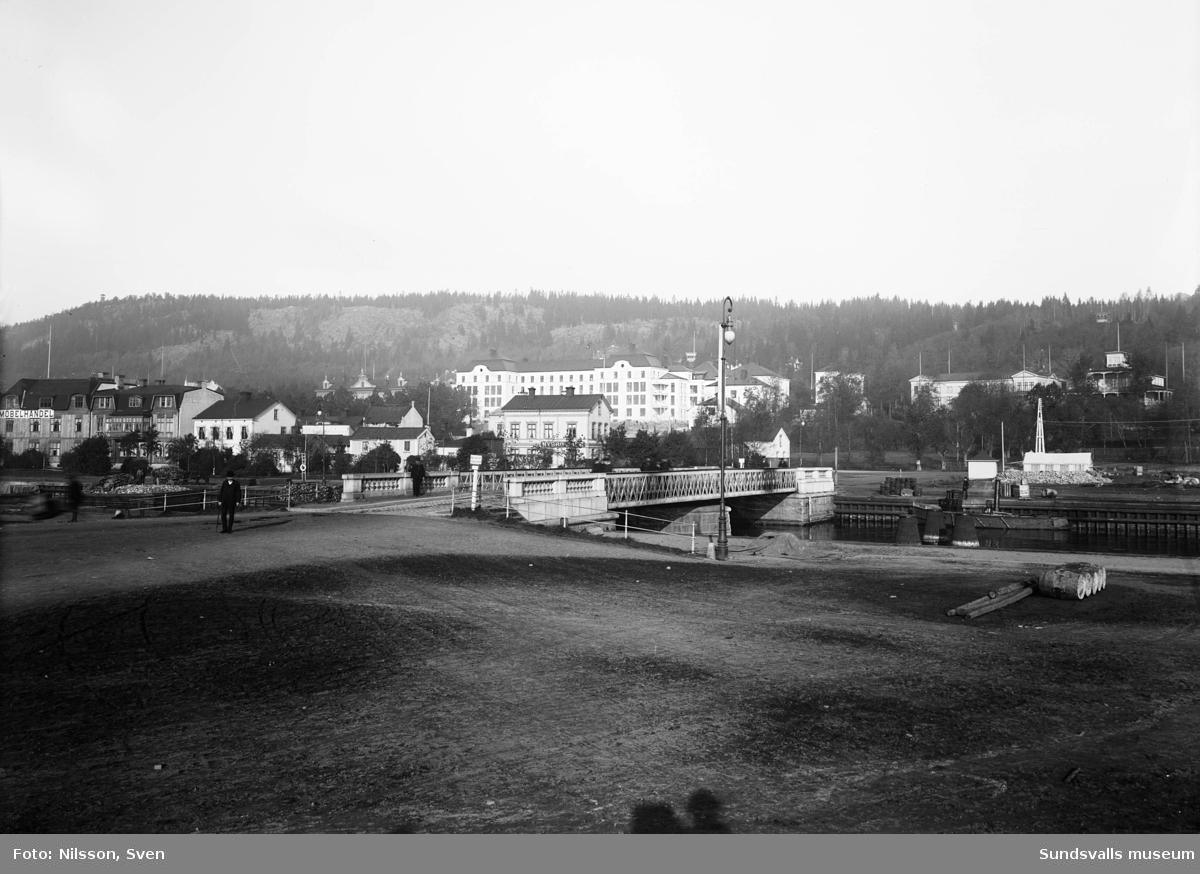 Tivolibron (svängbron) med gamla lasarettet och resturang Tivoli på Norrmalm i bakgrunden.