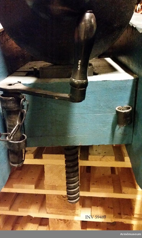 Grupp F I. Riktskruvsvev. Kanonen är sammansatt av eldrör, lavett, riktskruv med vev, pinnkapell, handspik, inventionsviskare med borste, fodral till viskarehuvud, plunderskruv, föreställare med tistel och två svänglar, luntstake med lunta.