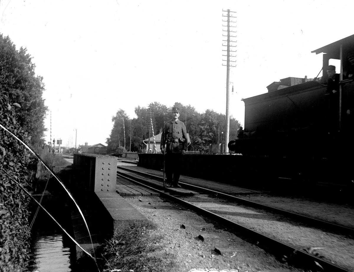 Vakthållning vid järnvägsbron i Köping, år 1914. Fotograf E. Sörman.