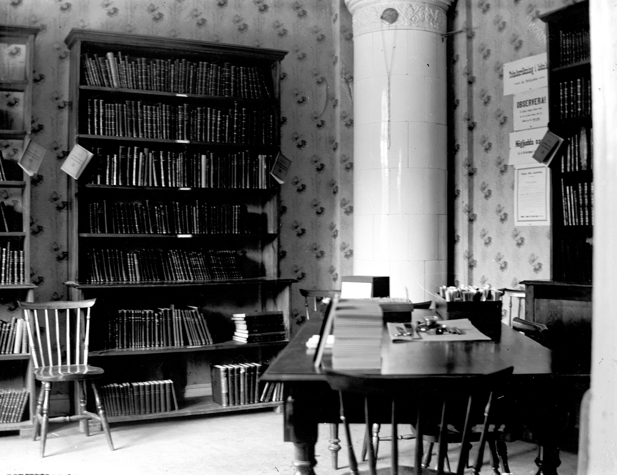 Stadsbibliotekets första lokaler i rådhuset.  Fotograf KJ Österberg.