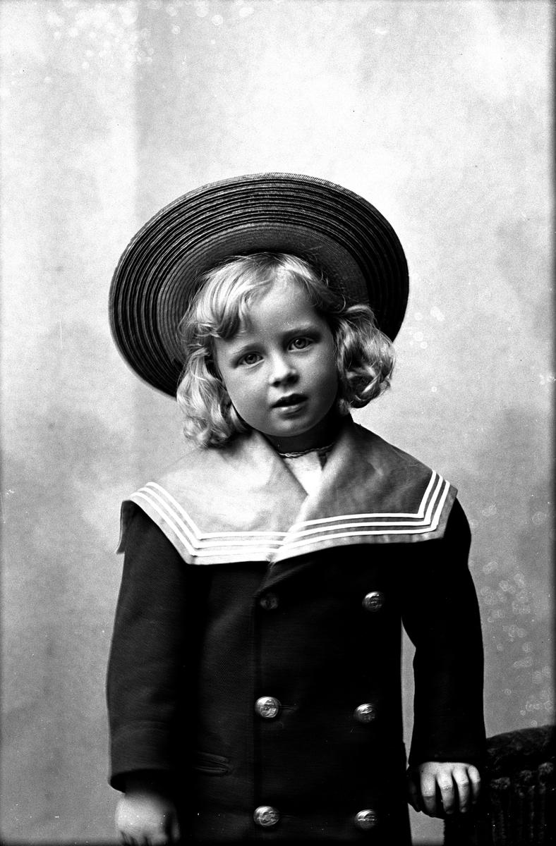 Waldemar Cronstedt som barn, 1901. Fotograf okänd.