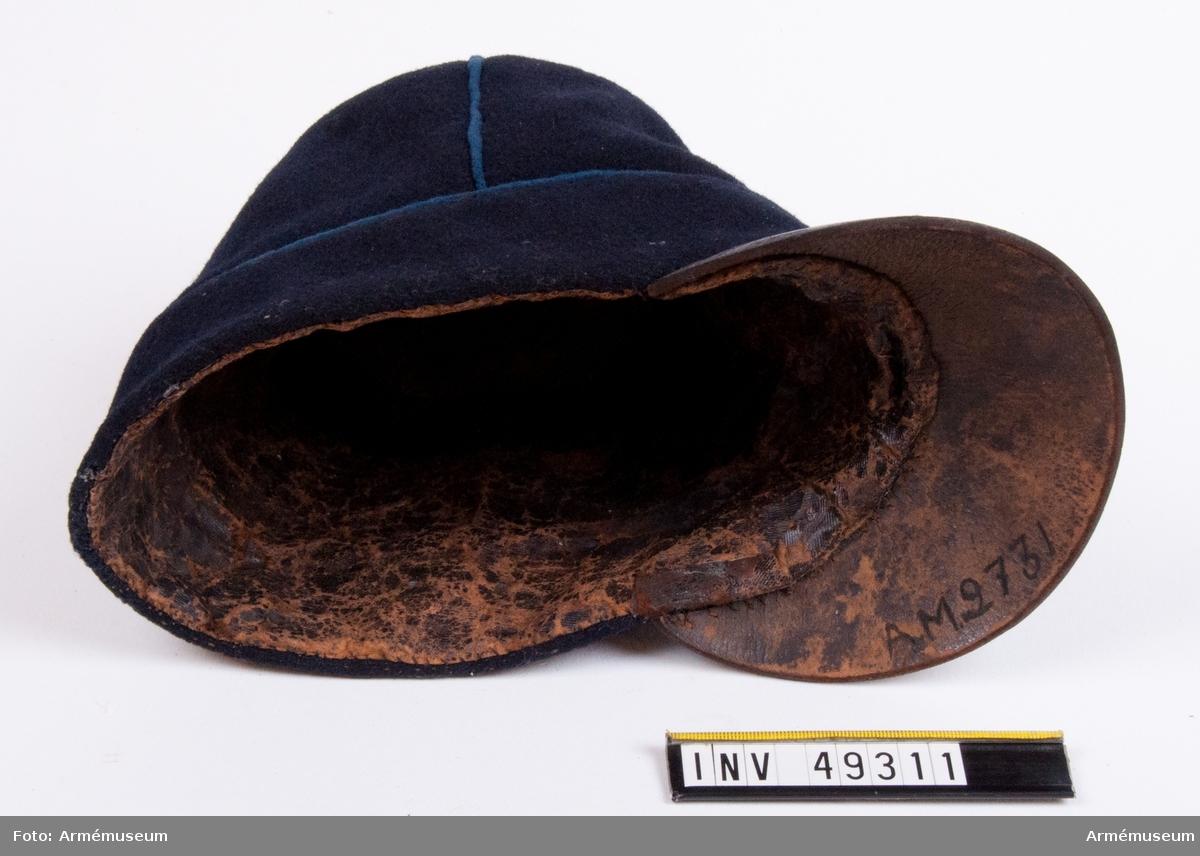 Grupp C I. Ur paraduniform för manskap vid Fyrverkarkåren 1845-73.  Består av vapenrock, byxor, spännhalsduk, käppi (paradmössa?),  mössa, livgehäng, stövlar samt sporrar.