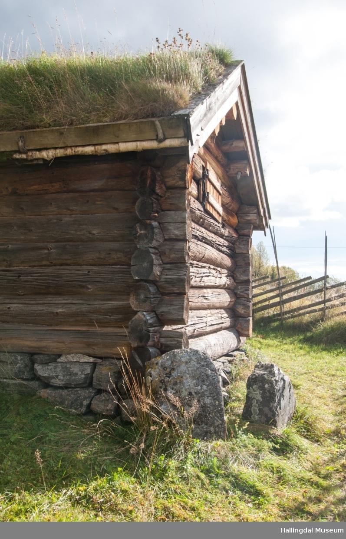 Hestestallen er liten med kledd tømmer.  Den har torvtak og jordgolv.  Den er bygd mellom 1850 og 1875 av Halvor Løkje.