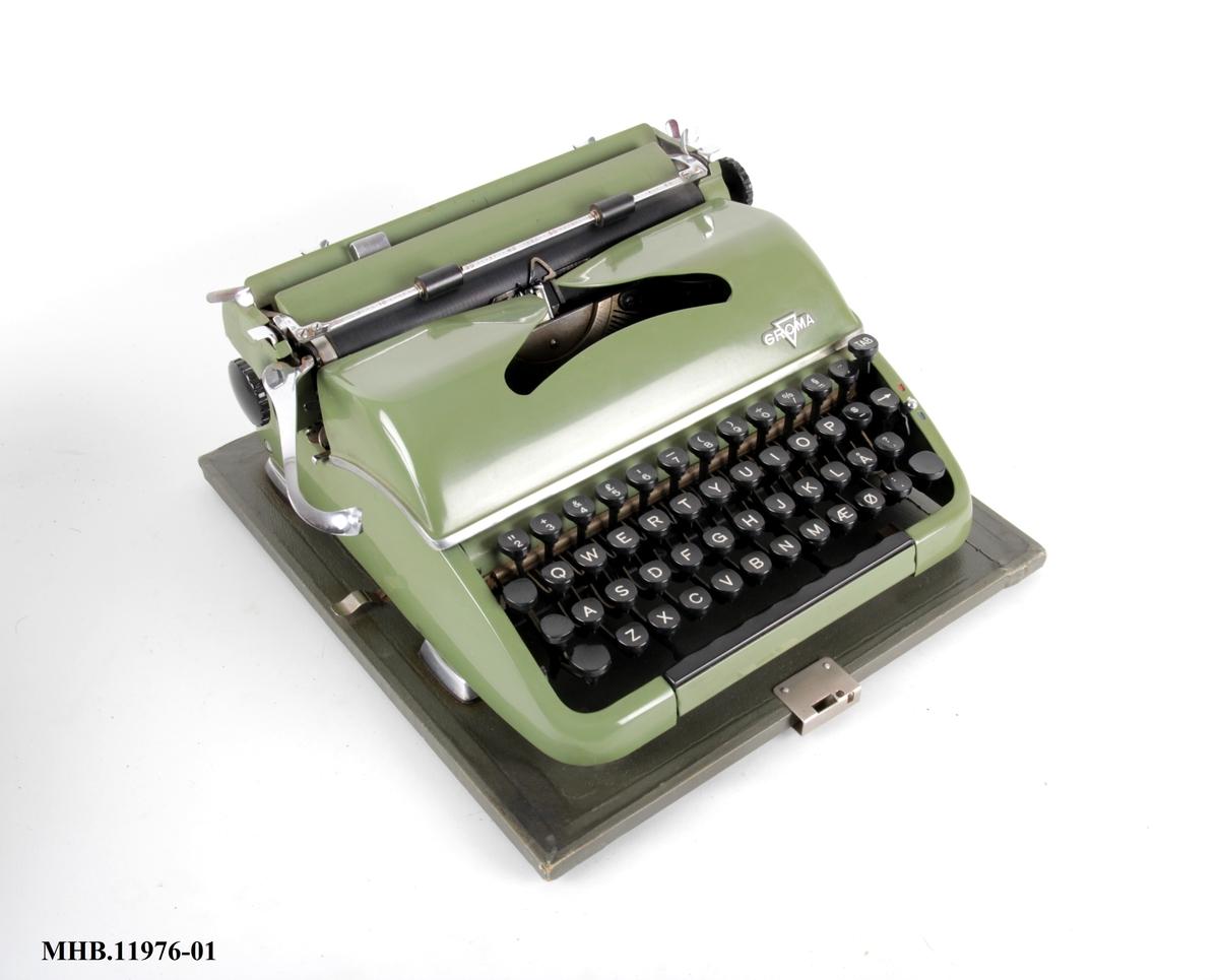 Skrivemaskin med norsk tastatur.
