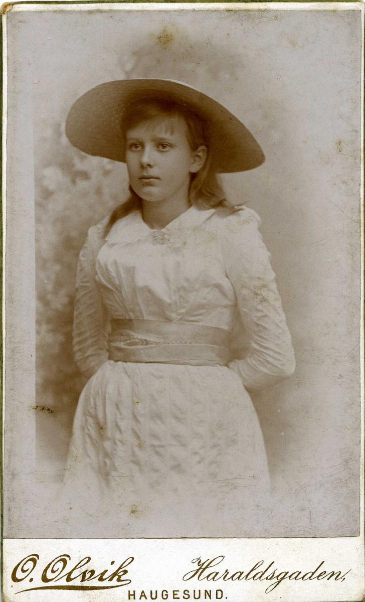 Portrett - Ung dame med stor hatt.