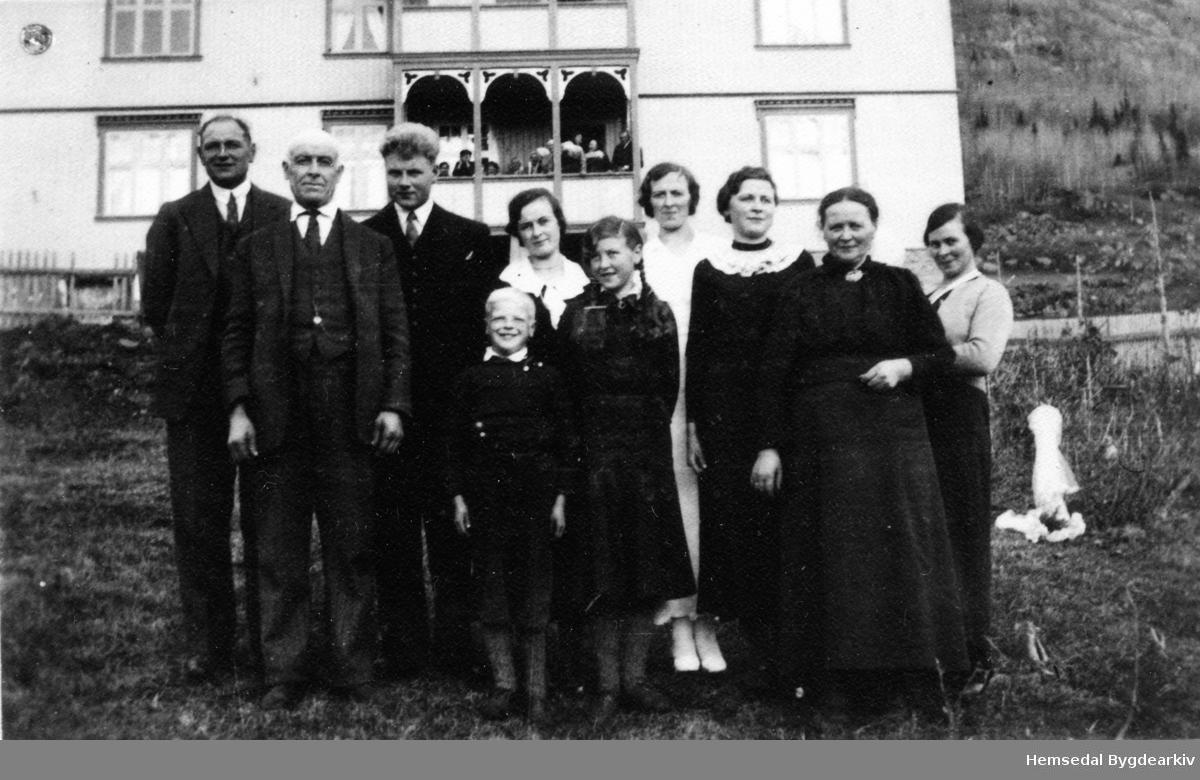 Knut og Margit Grøthe med Ola, Svein, Syver, Ingerid, Marie, Margit, Gunhild og Anne