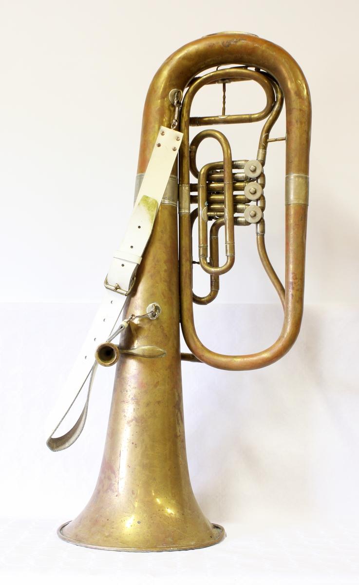Blåseinstrument med tre ventiler. Hvit lærrem.