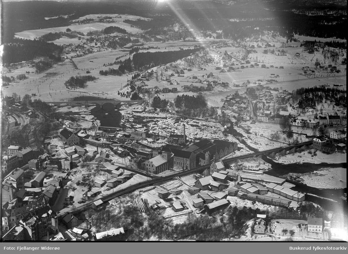 Nordsiden i vinterdrakt Hele øyaområdet og Hønefoss bru, Hammerbrogata, N. Torg, Follum 1935