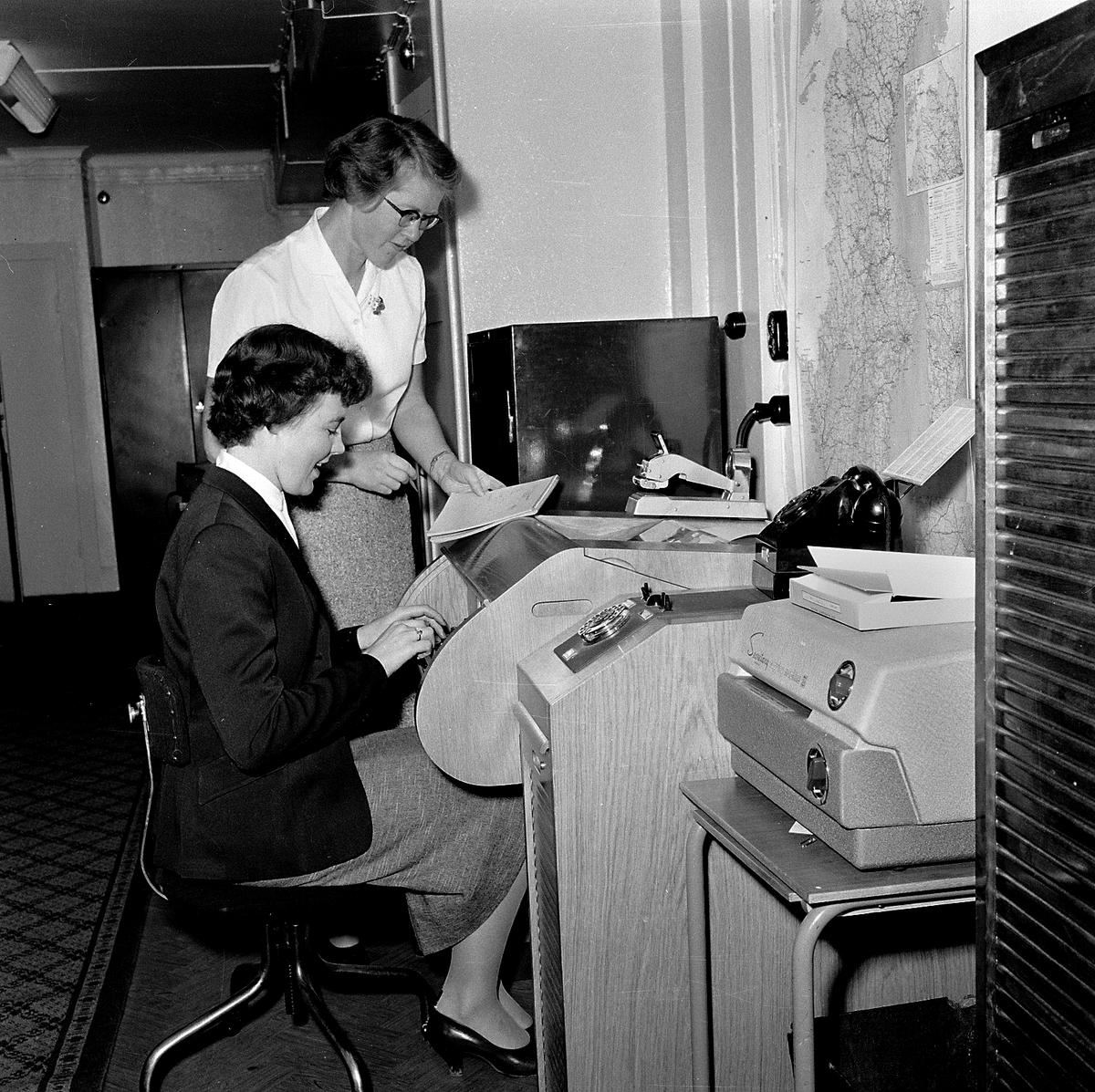Övrigt: Foto datum: 8/11 1957 Byggnader och kranar Bokföringskontoret. Närmast identisk bild: V14219, ej skannad