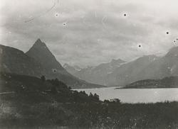 Fjorden inn til Straumgjerdet med Strømshornet, Sykkylven