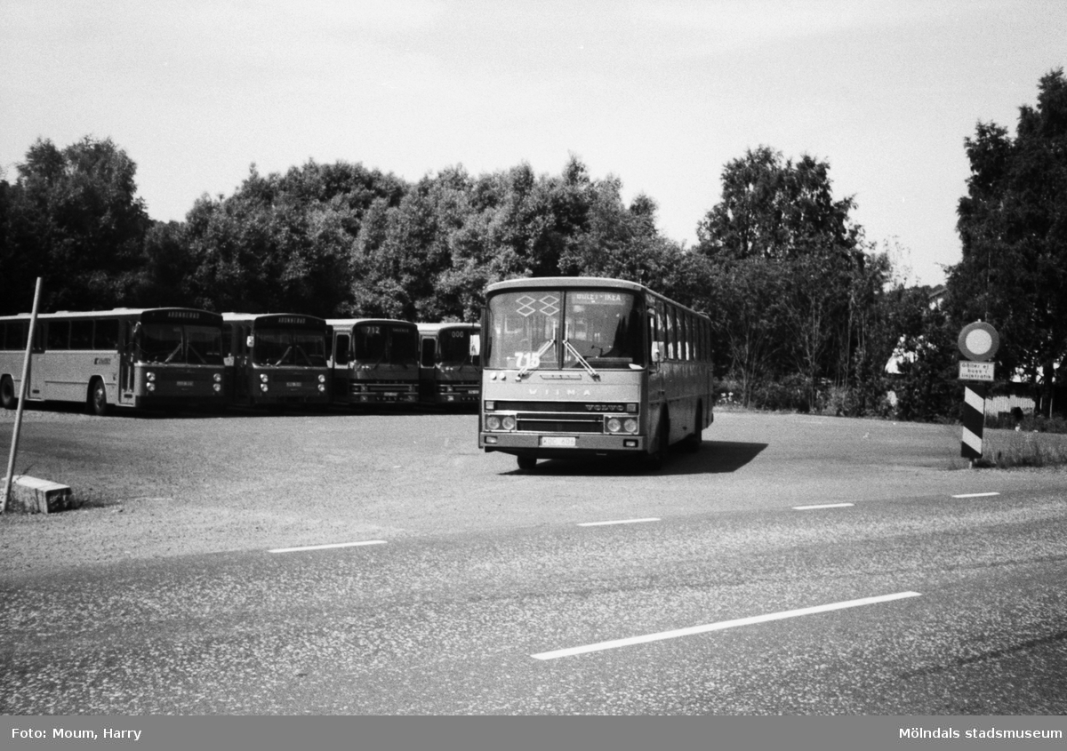 Kålleredsbussar parkerade vid Gamla Riksvägen i Kållereds centrum, år 1983.  För mer information om bilden se under tilläggsinformation.