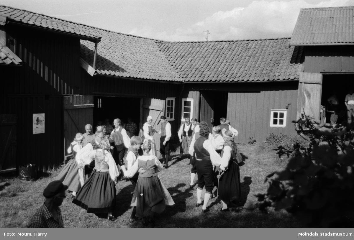 Lindome Hembygdsgille firar 20-årsjubileum på Börjesgården i Hällesåker den 23 juli år 1983. Hällesåkers folkdanslag.  För mer information om bilden se under tilläggsinformation.