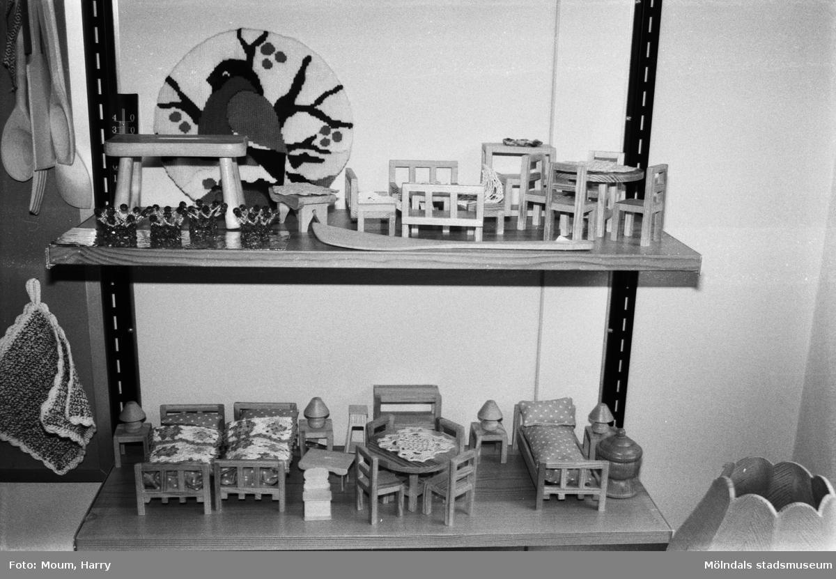 """Pensionärsverksamheten kallad """"Hobbyn"""" vid Våmmedalsvägen i Kållered, år 1983. """"Det går att fynda bland sköna saker gjorda av flinka händer.""""  För mer information om bilden se under tilläggsinformation."""