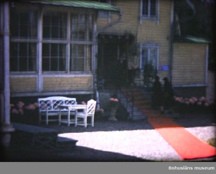 """Kung Gustav Adolf och Drottning Louise på besök i Uddevalla 13 maj 1955. 1.Förberedelser. 0002        Montering av flaggstänger på Västerbron. Kampenhofs tillfälliga bomullsmagasin i bakgrunden. 0007        Vid gamla museet monteras ytterligare en flaggstång.  0011        Rådhusentrén, uppsättning av bl. a. en tribun. 2.Besök på I 17. 0020Kasernvakten vid I 17. 0023Vid gymnastiksalen. 0030Kungen på väg från bilen. Pressfotograf Arne Andersson. 0037Kungen talar på kaserngården framfor kanslihuset. 3.Medborgaruppvaktning på Kungstorget. 0156        Erik """"Munter"""" Olsson och till vänster om honom Herbert Kjell. 200Polismästare Arvid Jörnvik. 201Mikael Svanberg och till vänster Carl Hamberg. 202Olof Helsing. 0204        Till höger om Kungen, Axel Sanden och till vänster Hugo Westin. 0221        Från höger Erik Arrhén, Folke Hurtig, Elle Lindroth, Axel Hellman, Einar Dahl, Axel I Andersson, Carl Blomqvist, Arvid Högström, Carl Hamberg, Olle Hagren, Henning M-son Koch och P-0 Eng. 4.Stadens lunch på Bohusgården 0324        Edvin Jacobsson vid trappan till Bohusgården. 5.Besök på Uddevallavarvet. 0326       Kungen tas emot av Gustav B Thordén och landshövding Per Nyström.  0333       Till höger Thure Pettersson. 6.            Dukning till middag. 7.             Flaggskruden i staden. 0432       Göteborgsvägen, Kvarteret Fullriggaren till vänster, Västerlånggatan mot norr och til höger Essotappen i Kvarteret Koch.  0436       Den vackra """"gamla"""" entrén till hotell Carlia.  0438       Polismästare Arvid Jörnvik.  0444       Norra Drottninggatan, i bakgrunden Gästis.  0447       Norra Drottninggatan norrut, Olssons Ramaffär till höger). 8.            Drottningen anländer till Carlia.  0459       Drottningens ankomst. 9.Kungen hämtar Drottningen till landstingets middag på Gustavsberg.  0522      Kungen hämtar Drottningen. 10. 11.   Maj 1955. Stadsfullmäktiges resa till Tanum och Grebbestad.  Hällristningar vid Fossum och Vitlycke 543       Einar Gustavsson, Otto Hermansson 544 """