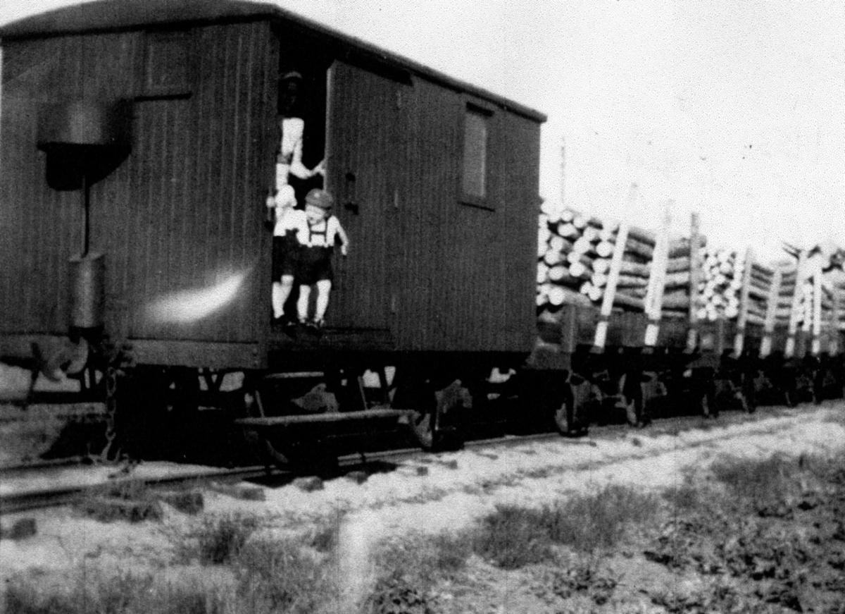 Judith Flakk med barn ombord på nest siste tog på Lillesand-Flaksvandbanen.