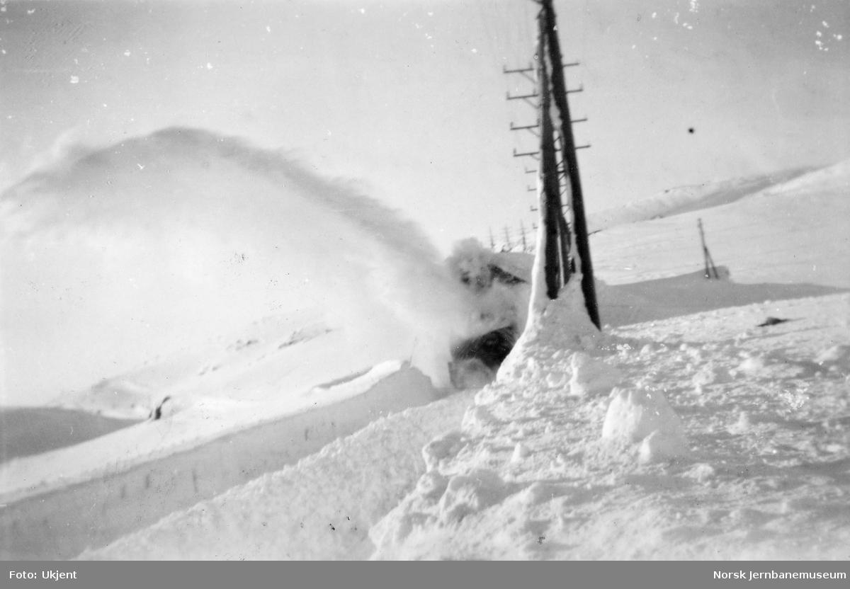 Roterende snøplog i aksjon i 1949
