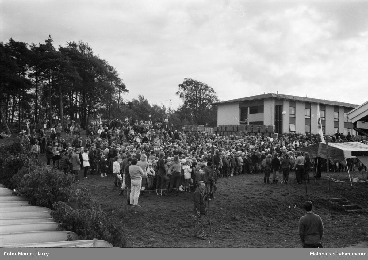 """Annestorpsdalens scoutkår anordnar distriktstävlingar från scoutgården vid Konditorivägen i Lindome, år 1983. """"1100 scouter hade mött upp för att vara med i tävlingarna.""""  För mer information om bilden se under tilläggsinformation."""