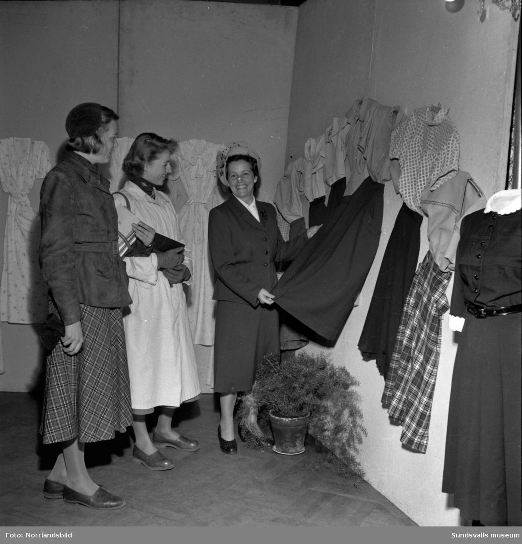 Yrkesskolans utställning av elevarbeten. Textilarbeten.