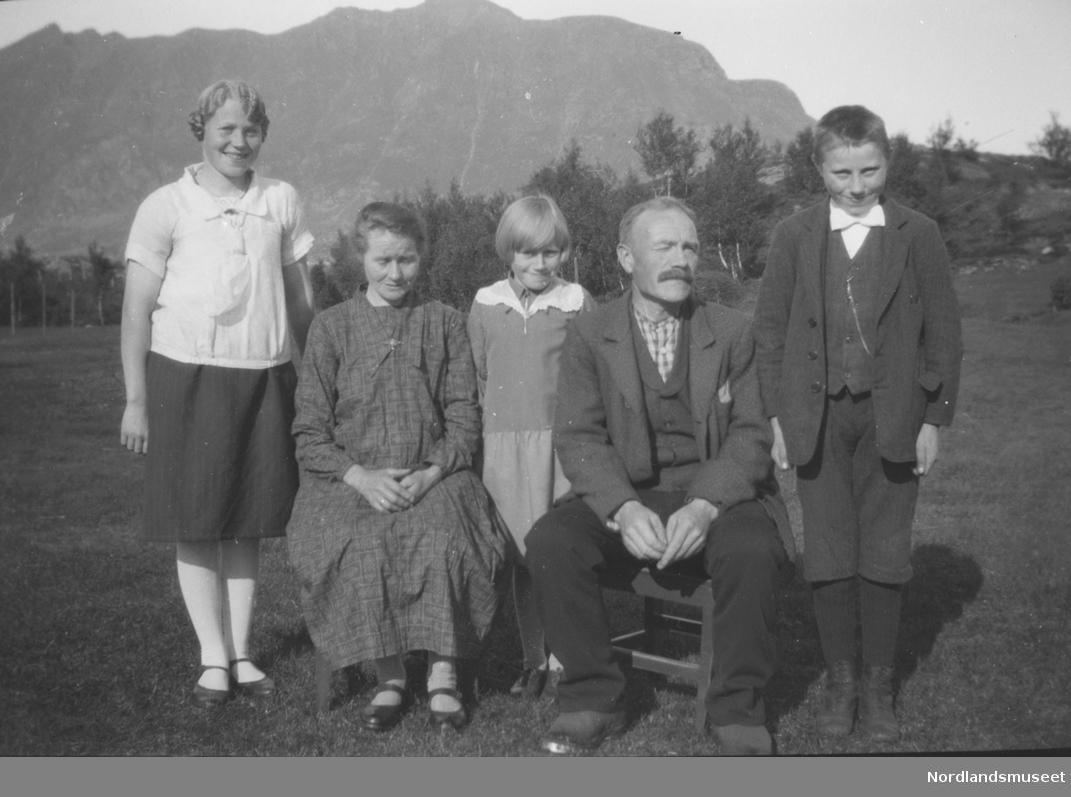 df6056d1 Portrett av to menn og to kvinner og ei jente. Pent kledd. Trolig  familiebilde