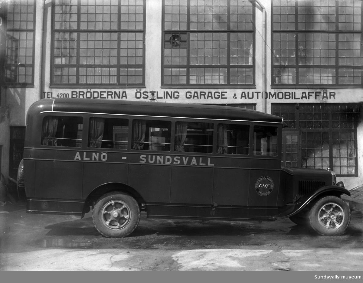 Bröderna Östlings garage & automobilaffär. Köpmangatan 7 (innergården med verkstaden). Buss GMC, General Motors, linjen Alnö - Sundsvall. Firman startade 1927 och flyttade efter några år till Fredsgatan 3. Nu (2015) finns Sidelake Studio i denna lokal.