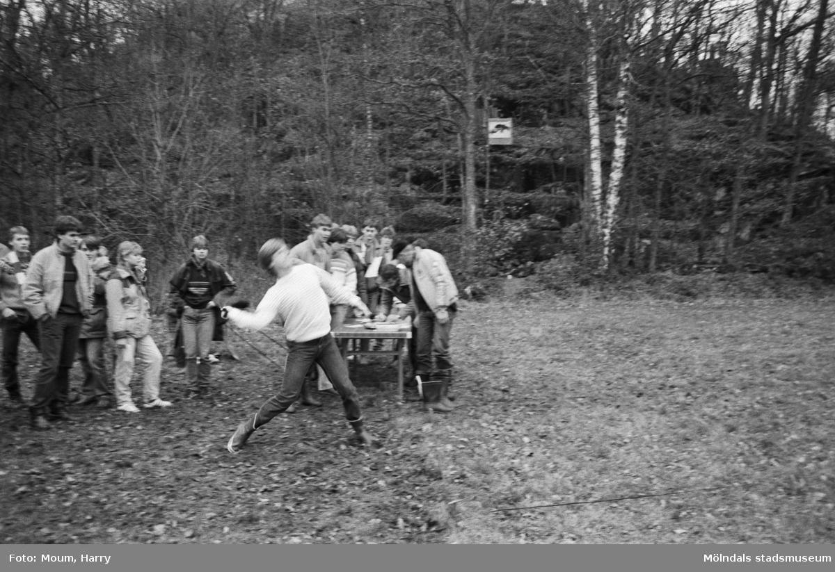 Lindome Bågskytteklubb anordnar poängpromenaden Gåsajakten i Lindome, år 1983. Stövelkastning.  Fotografi taget av Harry Moum, HUM, Mölndals-Posten, vecka 46, år 1983.