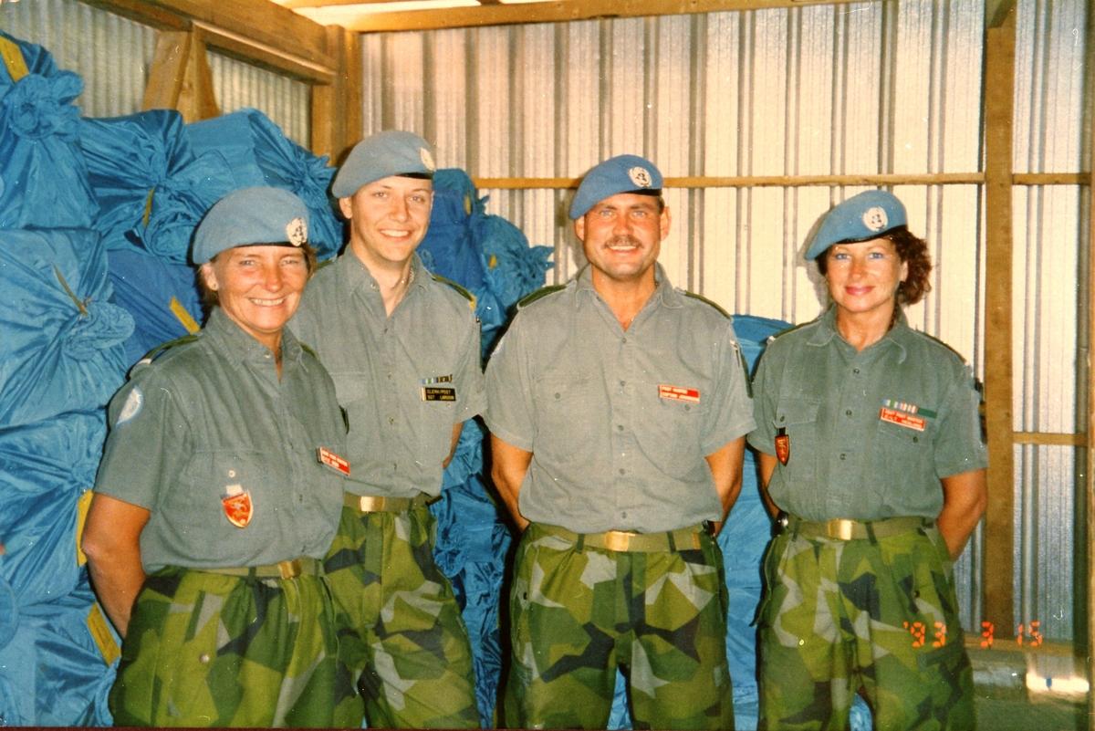 Fältpost i Libanon. Bataljon L114. Christina Berg, asst postmaster, Lennart Larsson, postal clerk, Bengt Johansson, postmaster och Christina Hedlund, asst postmaster.
