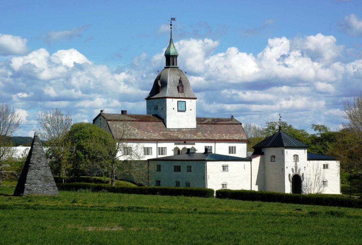 Slottet på Austrått i sommerlige omgivelser