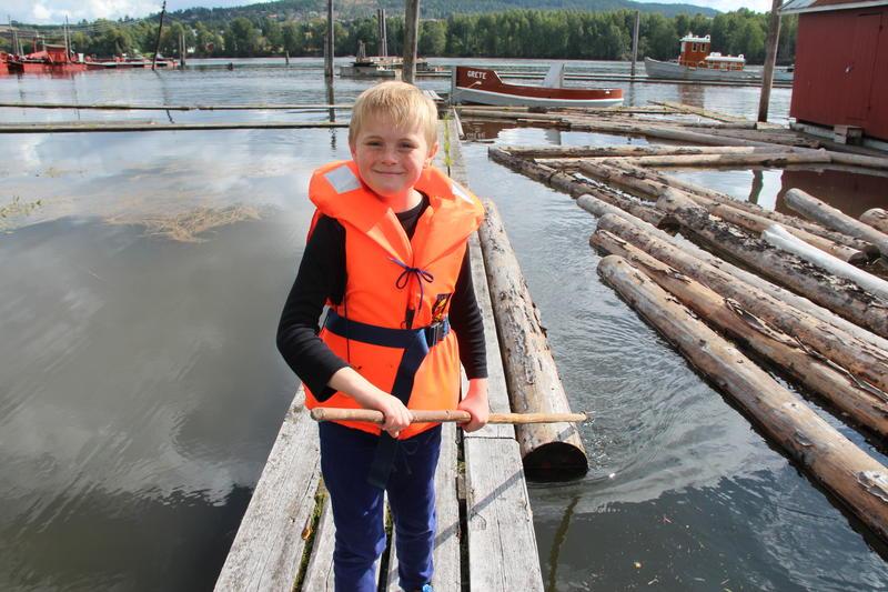 Gutt med redningsvest bruker fløterhake på tømmeret i elva (Foto/Photo)