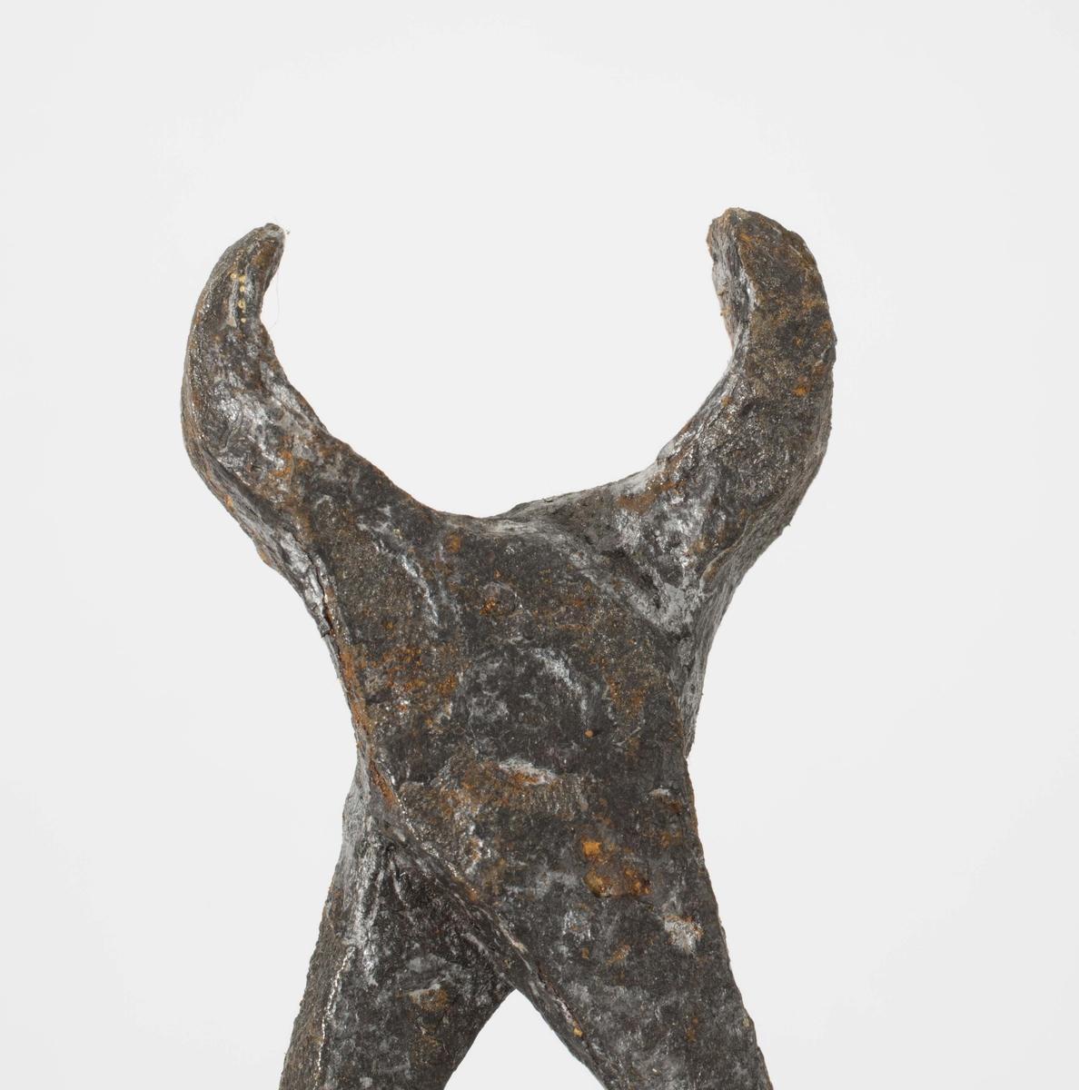 Smidd tang, mulig avbitertang, av jern. Ene armen er rustet av.