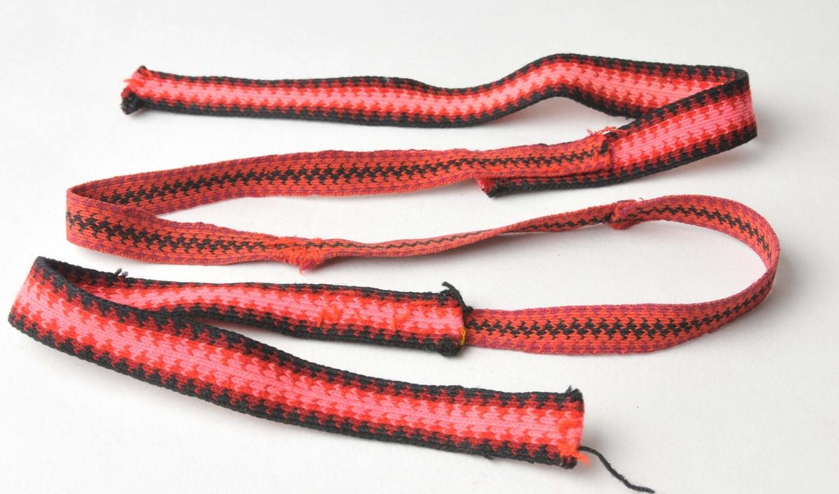 """Brikkevevd band i fire fargar. Slike band vart mest bruka som hårband. Renning og innslag av ull, såkalla """"beltegarn""""."""