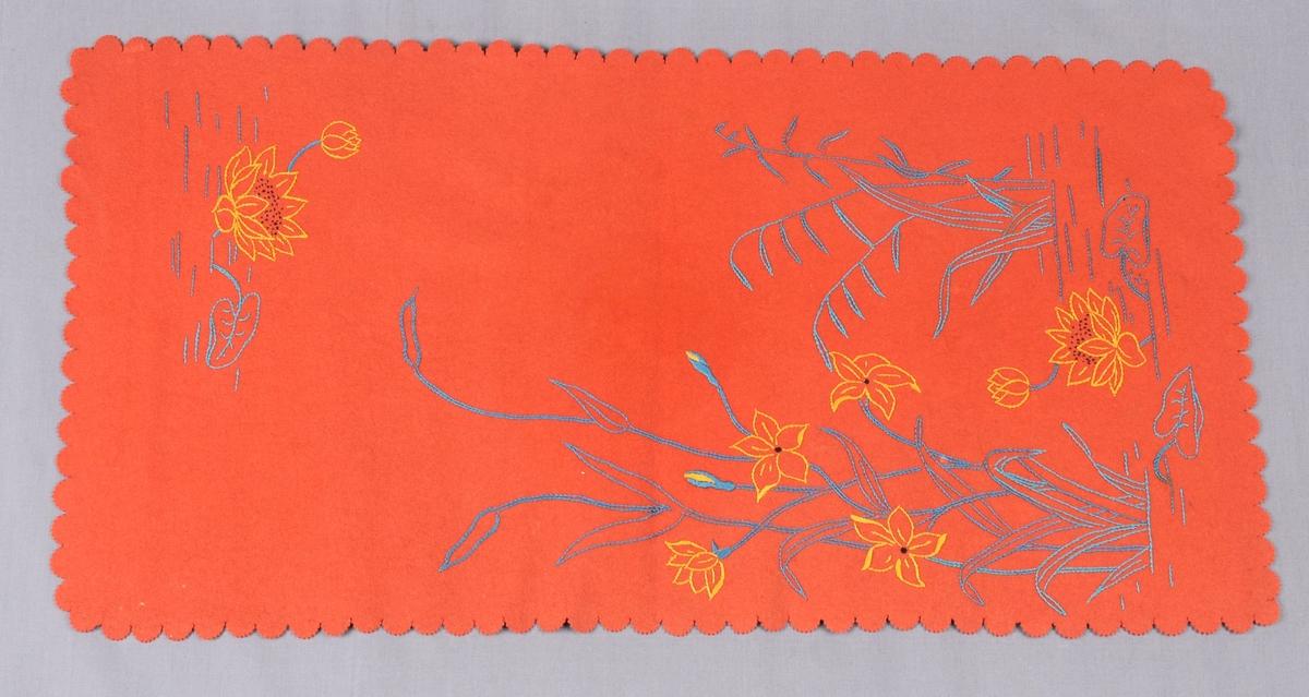 Bordløper med bua, taggete kantar, som er klypt med taggesaks.  Brodert med moulinegarn i ulike fargar.  Asymmetrisk plasserte motiv av nøkkroser m.m.