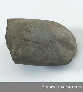 Yxa.Stenåldern, neolitikum.Av sten, eggdel, mejsel, skarp.Från Näsby sn., Frövi.Gåva av Hemmansägare Anders Larsson, Hunstorp, Frövi.Utställt på Länsmuseet i basutställningen år 2002.