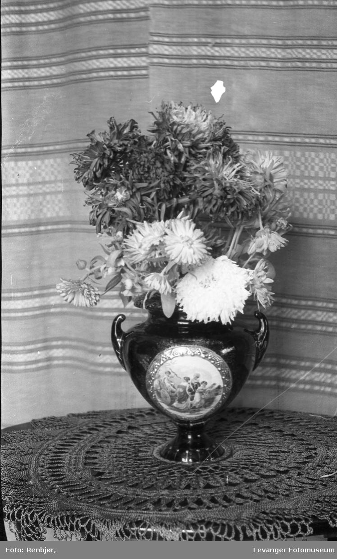 Blomster i vase.