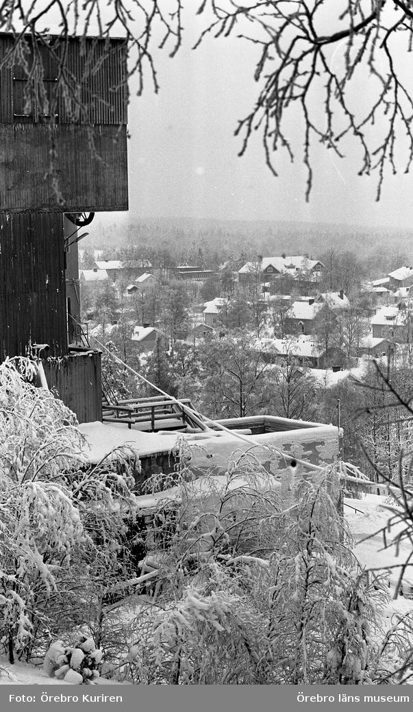 Stråssa 27 januari 1969På bilden ser man byggnaden vid Stråssa Gruva och bostadshus.