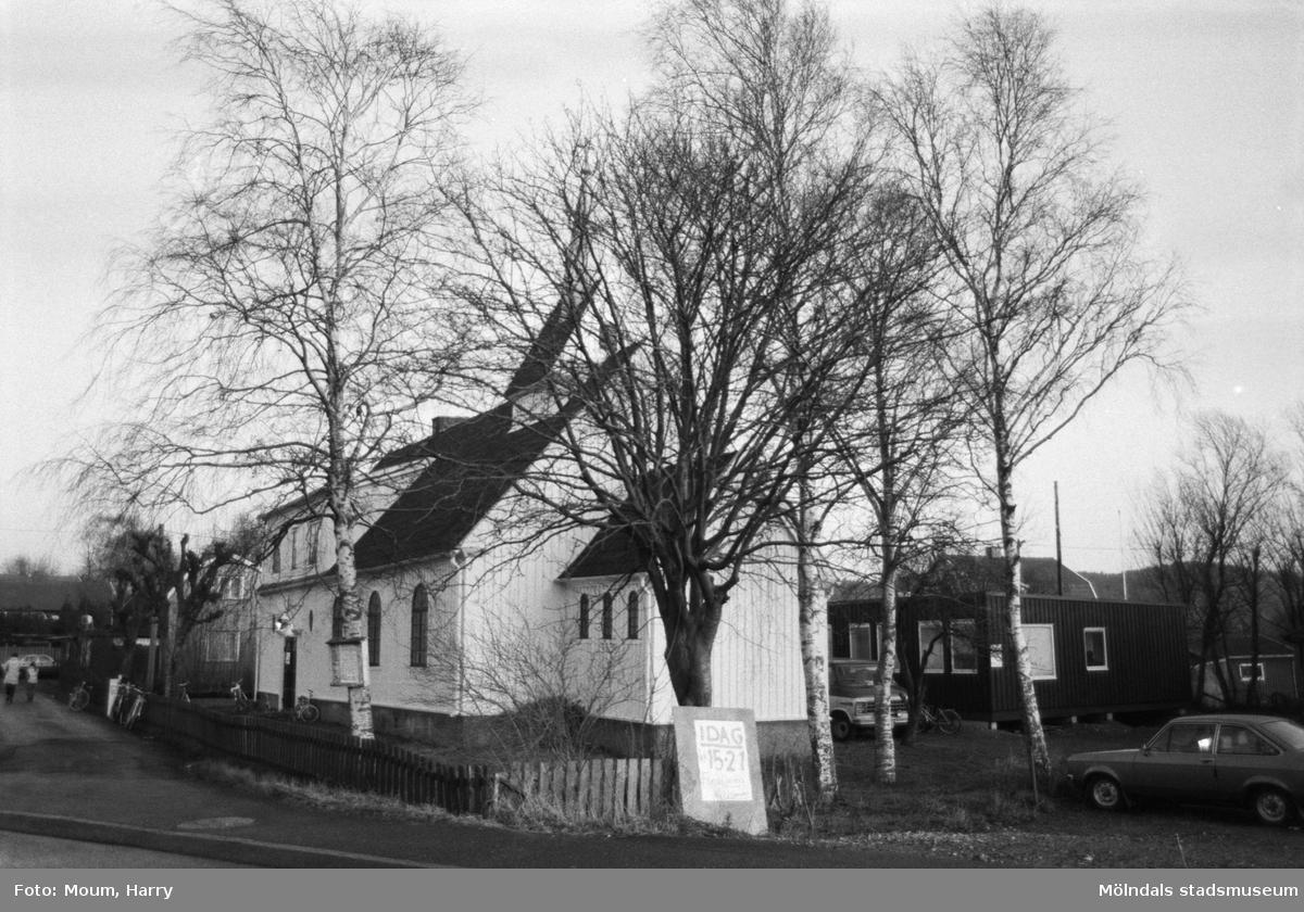 Lotteri och försäljning i Sankt Johanneskyrkan vid Sagbrovägen i Lindome, år 1983. Kyrkans exteriör.  För mer information om bilden se under tilläggsinformation.