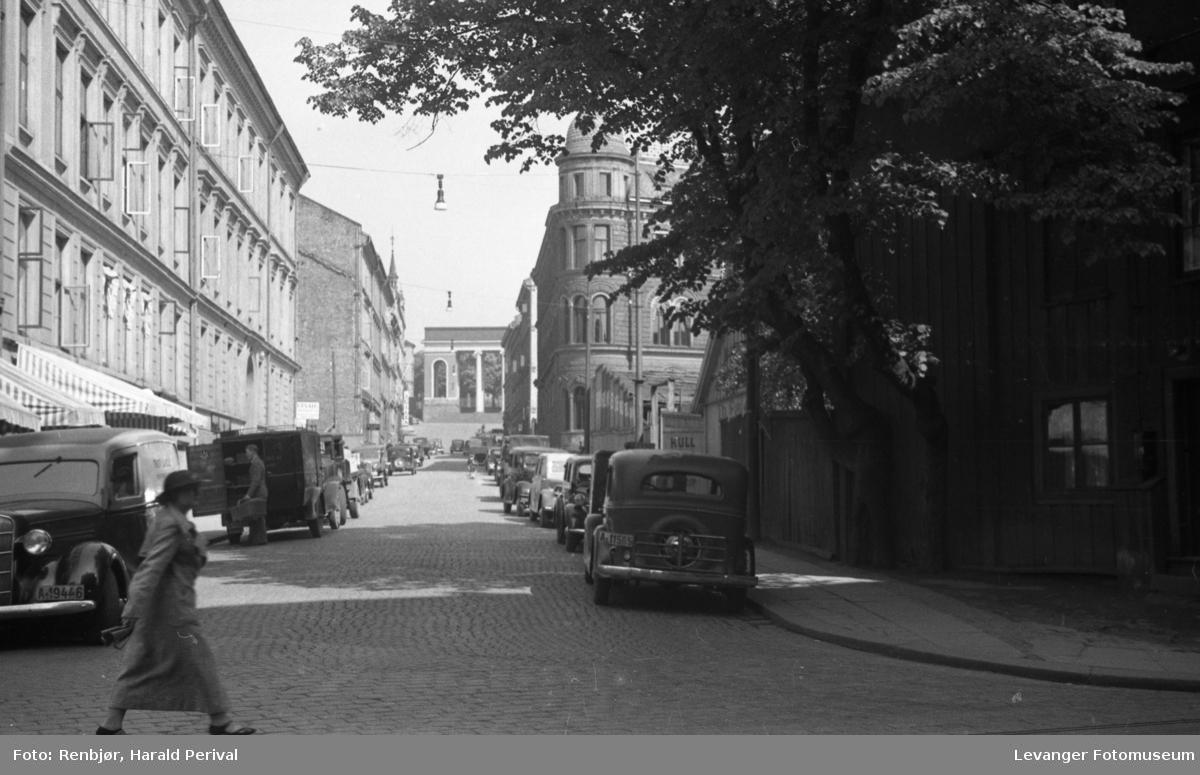 Utsikt oppover  mot  Deichmanske bibliotek, Søyleraden i bakgrunnen er del av fasaden mot Akersgata. Bildet er tatt i Keysers gate. Nærmeste murbygning på høyre side med avrundet hjørne er nr. 8. hvor Statens Pensjonskasse holdt til.