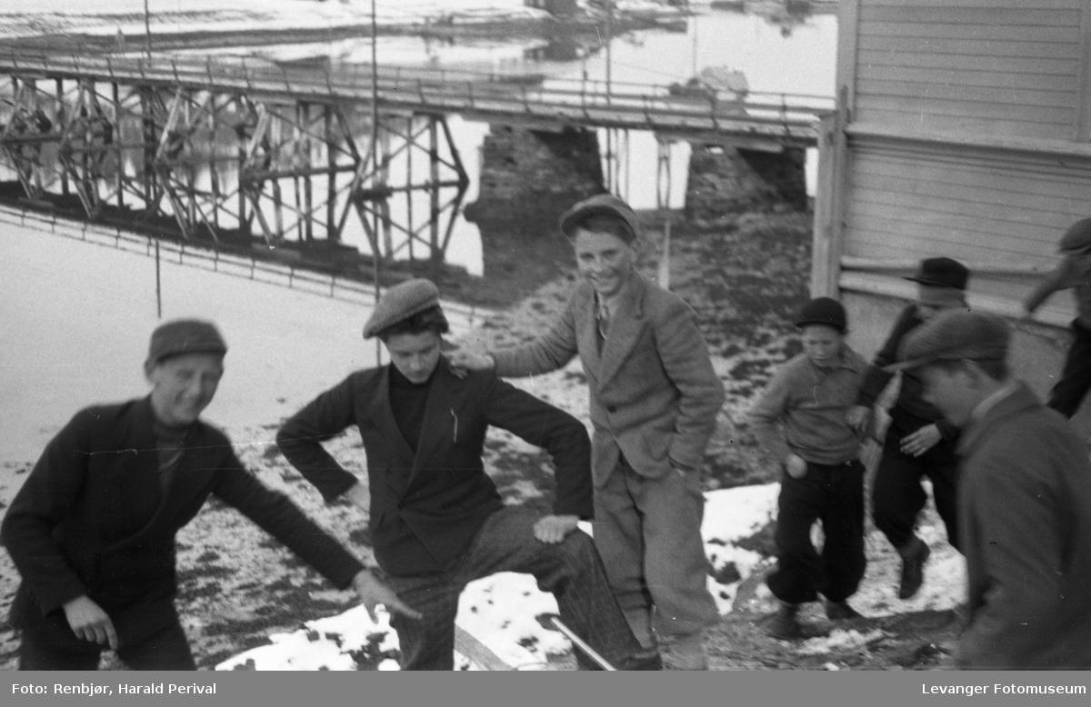 Elever fra Byskolen ned mot sundet ved Sundbrua, og rødbygget.