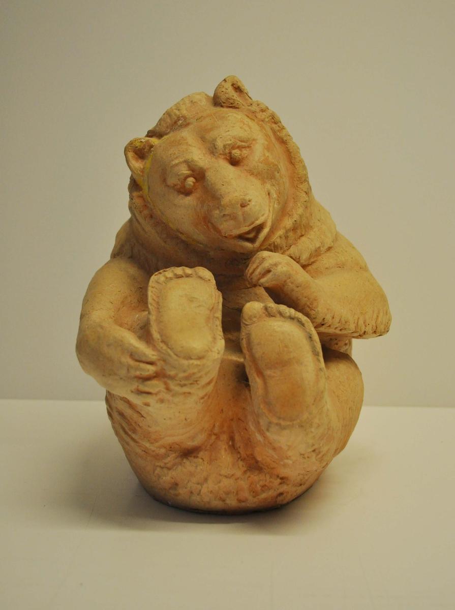 En ihopkrupen björn,