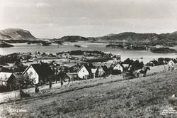 Prospektfotografi av Ulsteinvik med øyene utenfor. I forgrun