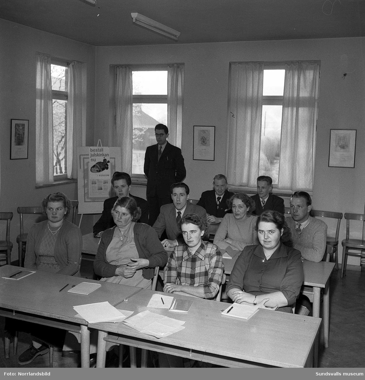 Kursverksamhet vid KPS charkuterifabrik på Landsvägsallén. Styckning, teorilektioner och gruppbilder.
