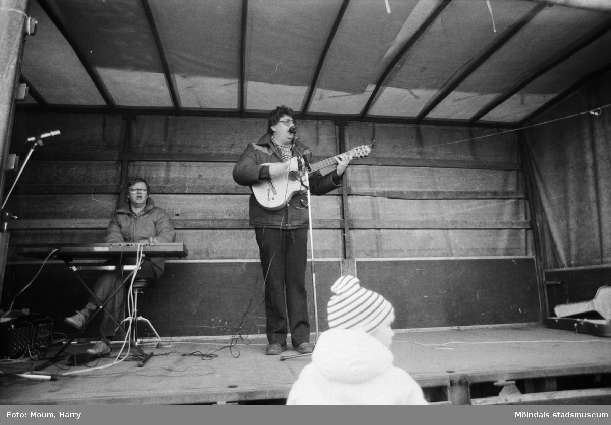 Underhållning i samband med Kållereds lucias kröning i Kållereds centrum, år 1983. Stefan Ljungqvist på scen.  För mer information om bilden se under tilläggsinformation.