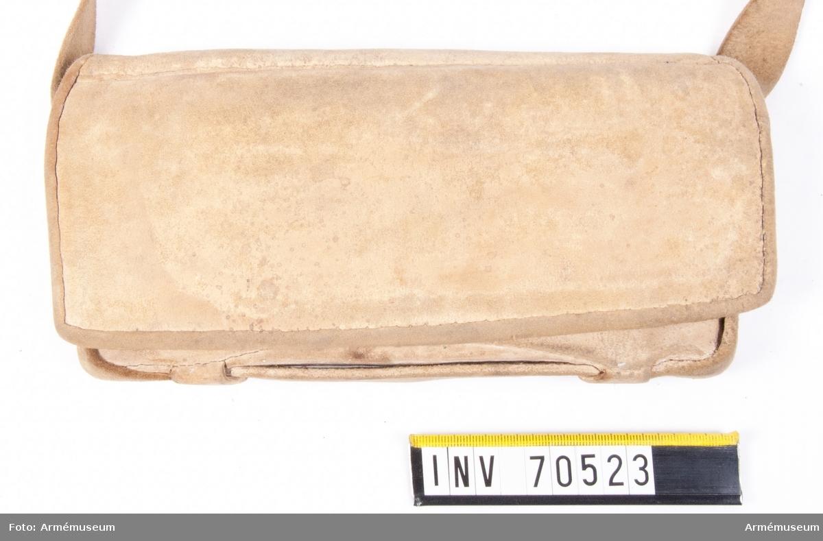 Grupp C:II. Av gult sämskat skinn med rem med förgyllda beslag. Kartusch med rem för Karl XI:s drabanter.