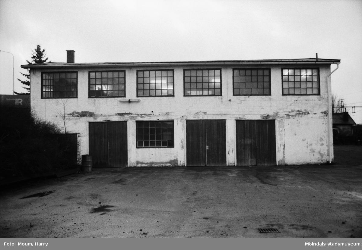 Den gamla brandstationen i Kållered, föreningslokal åt Kållereds Motorklubb, år 1984.  För mer information om bilden se under tilläggsinformation.