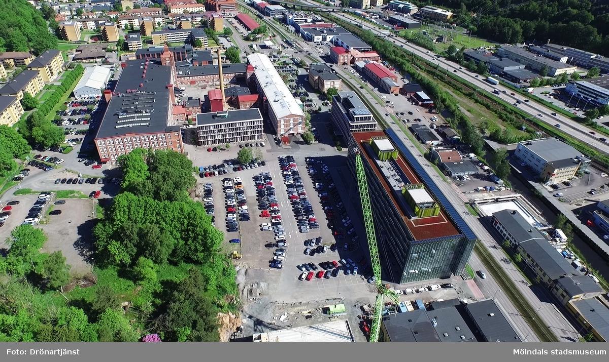 Flygfilm tagen med drönare som visar stadsdelen Krokslätt i Mölndals kommun, år 2015.