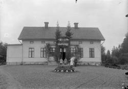 Sällinge Säteri, bostadshus, familjegrupp fyra personer fram