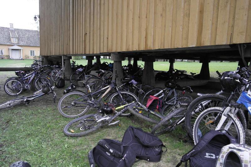 Mange sykler som er parkert og slengt under og rundt stabburet på Huseby.